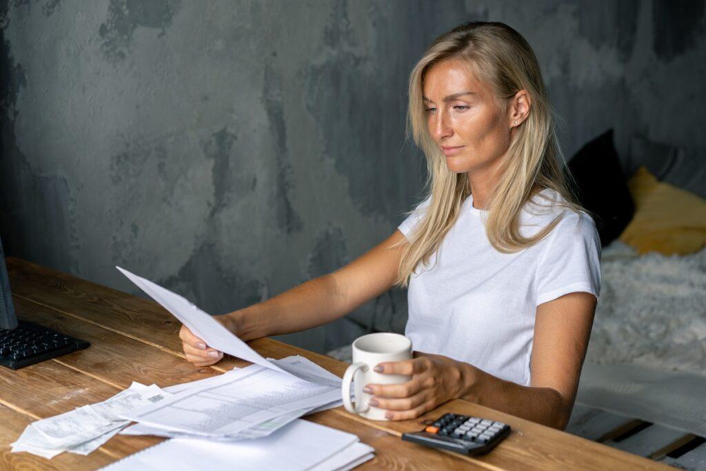 kobieta przegląda dokumenty
